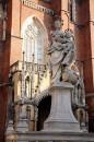 24_0106 Statua Madonny z Dzieciątkiem, której stopa depcze węża.